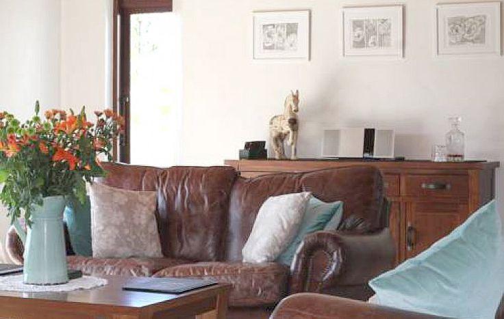 В строгом интерьере ничто не отвлекает внимание от великолепного пейзажа. В уютной гостиной гостей ожидают кожаные диваны, камин с запасом дров и винный шкаф с экземплярами из соседнего поместья в Куроу. Также в вашем распоряжении будут спортзал, сауна и – потрясающая изюминка этого места – джакузи, которая возвышается на краю изумрудной лужайки. | Гостиница в Южных Альпах | Ahipara Travel New Zealand #новаязеландия #гостиница