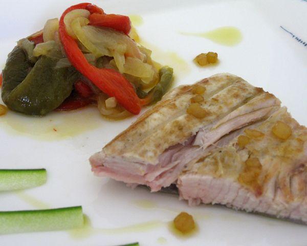Ventresca de bonito a la brasa con piperrada- Restaurante La Venta del Jamón - Platos y recetas