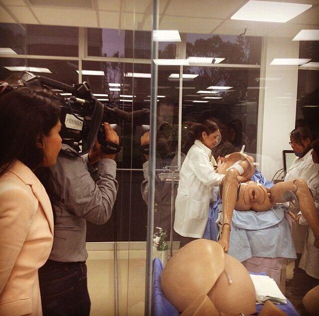 Grabando el hospital de simuladores humanos con movimiento y sensores, incluso pestañean y hablan, básicamente proporcionan sus síntomas a los médicos. Son más de 30 simuladores. Los estudiantes de enfermería de la UNAM practican con ellos. En la foto aparece la Doctora Nora Rosas dando indicaciones a los alumnos.