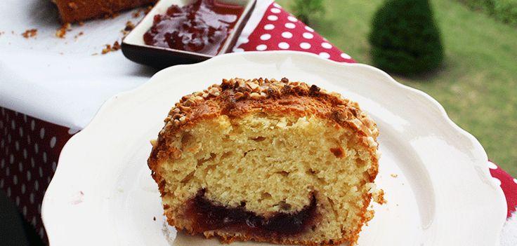Cake de vainilla relleno de mermelada de ciruelas rojas