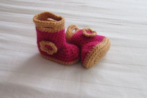 Gehaakte laarsjes, leuk om te maken en leuk om cadeau te geven.  #kraamcadeautje #haken #baby #laarsjes Het patroon is gebaseerd op: http://www.repeatcrafterme.com/2012/03/crochet-rain-boots.html