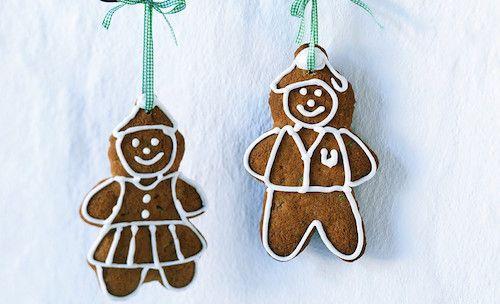 Biscuits de Noël au gingembre - Ingrédients pour la recette de biscuits de Noël : 370 g de farine tamisée, 125 g de beurre ramolli, 90 g de sucre cassonade, 3 c. à soupe de miel, 1 œuf légèrement battu, 1 c. à café de bicarbonate de soude, ½ c. à café de sel, 1 c. à soupe de gingembre en poudre, 1 c. à café de cannelle ...