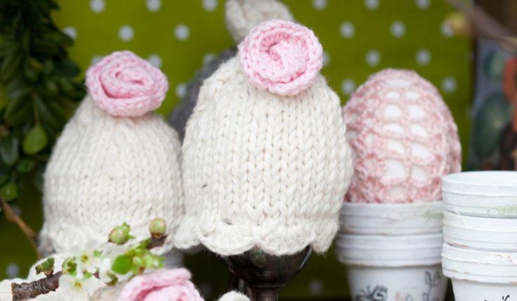 Sticka söta äggvärmare med rosor på