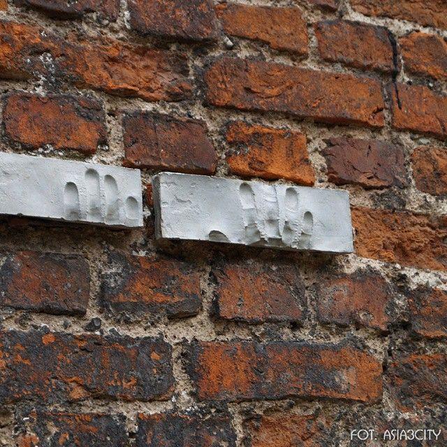 Tu Pocztowcy Polscy trzymani byli na celownkiu po kapitulacji we wrześniu 1939 #Gdańsk #mur #stretart #wall #dłonie #hands #igerspoland #igersgdansk #cegły #asia3city