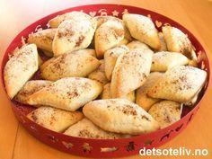 """""""Surmelkssnipper"""" er gammeldagse, norske kaker som er lette å lage. Kakene blir tykke, myke og gode. """"Surmelkssnipper"""" kalles også for """"Tykksnipper"""" eller """"Bestemorsnipper"""". Stor porsjon!"""