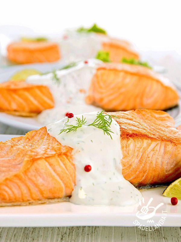 Salmon sour cream - Il Salmone alla panna acida è un secondo gustoso, sano e anche molto facile da realizzare. In poco tempo prepararete un piatto buonissimo, da veri chef! #salmonepannaacida