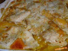 Maslová kuracinka s broskyňou Kuracie prsia, broskyňový kompót, 2 vajíčka, 2PL kečupu, šunka, soľ, sój omáčka, kari, pizza korenie, maslo, tvrdý syr Zapekacu nádobu si vyložíme plátkami masla Kuracie prsia narežeme, osolíme okoreníme. Na maslo uložíme pol mäska...na to šunku.rezančeky syra  broskyne a opäť mäsko Na mäsko maslo a zalejeme rozšľahanými vajíčkami so soľou a kečupom. Podlejte aj šťavu z kompótu Prikryjeme alobalom a vložíme do rúry na 200° na 20 min. Potom preč alobal, 10 min