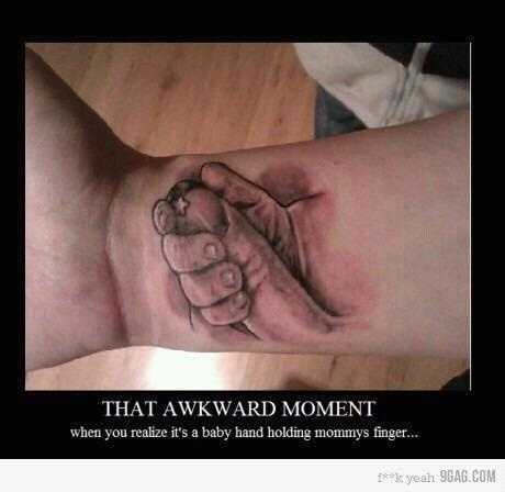 Regardez attentivement le tatouage... Il ne s'agit que de la main d'un bébé tenant le doigt de sa mère... Aviez-vous vu ou pensé autre chose ...? Un trompe l'oeil diablement efficace !