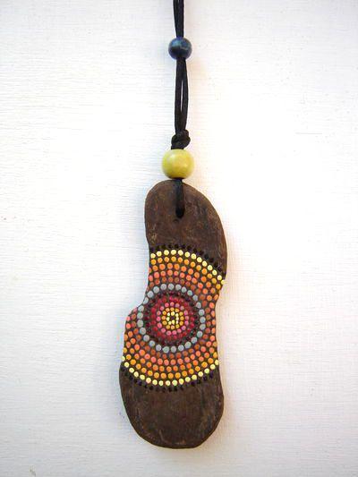Collier de fabrication artisanale composé d'un bois flotté peint, perles en bois vert. Perle de réglage en bois bleu marine.