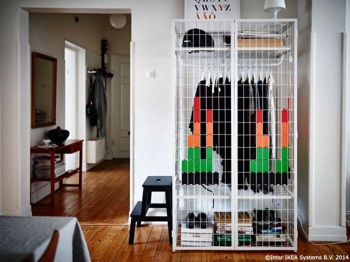 Ascuns sau la vedere? Folosește dulapul IKEA PS 2014 ca atare sau acoperă-l atașând pe grilaj plăcuțele din plastic asemănătoare cu pixelii. #CatalogIKEA2015