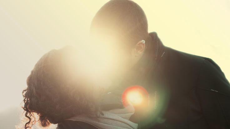 Eigentlich ist alles okay, wir sind verliebt und zufrieden. Und das schon seit längerer Zeit. Doch plötzlich verlieben wir uns in eine andere Person – wie kann das sein und als wie beunruhigend sollten wir eine solche Verliebtheit empfinden?