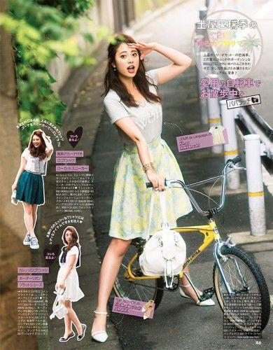 自転車でポーズをとる坂田梨香子