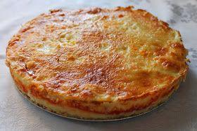Pastel de patata con atún  Ingredientes  1,5 kg de patatas 5 huevos 3 latas en conserva pequeñas de atún 1 cucharada de mantequilla, margarina  tomate frito queso para gratinar o mozzarella rallado 2 dientes de ajo molidos perejil picado