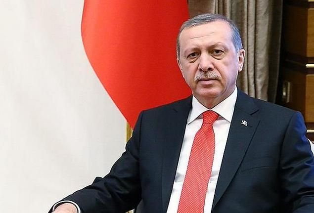 Islam di Tangan Erdogan  Islam di Tangan Erdogan  Oleh: Ahmad Syafii Ma'arif Sekalipun sekularisme Kemalis masih didukung oleh elit militer yang kaku dan keras kepala plus beberapa partai politik sebagian besar rakyat Turki tampaknya sudah semakin muak dengan budaya politik yang serba duniawi lagi korup itu. Sekiranya rezim sekuler yang berdiri pada 29 Oktober 1923 mampu membawa Turki menjadi bangsa dan negara maju yang adil tantangan populis terhadapnya tidak akan sehebat dan sedahsyat…