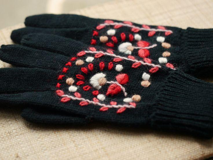 hand embroidered mittens - www.bonthuishouden.nl