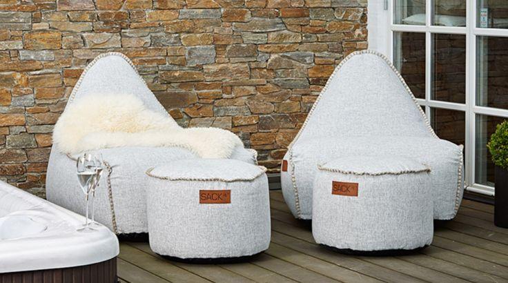 RETROit Cobana OUTDOOR hvid. Cobana-serien er en række funktionelle produkter, som kan bruges både inde og ude. Det slidstærke Cobana-stof er både vandafvisende og lysægte, så du kan bruge møblerne i haven eller på terrassen om sommeren. Resten af året kan møblerne skabe hygge og loungestemning i stuen, på børneværelset eller i udestuen - kun fantasien sætter grænsen for, hvor du kan bruge dit Cobana-møbel