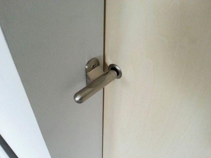 シンプルな形状の「カンヌキ鍵」。トイレや浴室などの引戸に使用するとオシャレですね!万が一の時の、解錠もできるように配慮されてます。 http://douki.jp/7designers/05.html