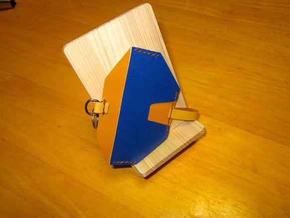オリジナル・デザインのカードホルダーです。機能を追求したらこのカタチになり、『KITE』(凧)と命名いたしました。表と裏で2枚のカードを収納できます。使い方は... ハンドメイド、手作り、手仕事品の通販・販売・購入ならCreema。