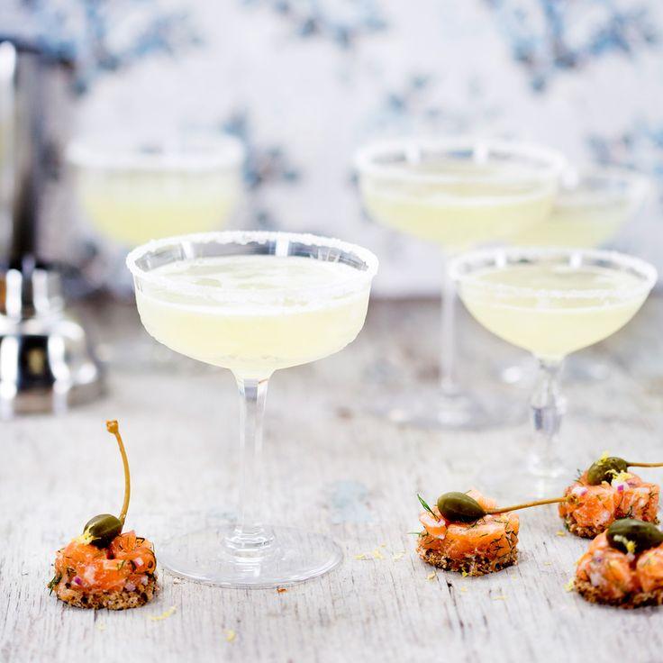 White Lady är en elegant drink med gin, Cointreau, pressad citron, sockerlag och äggvita.