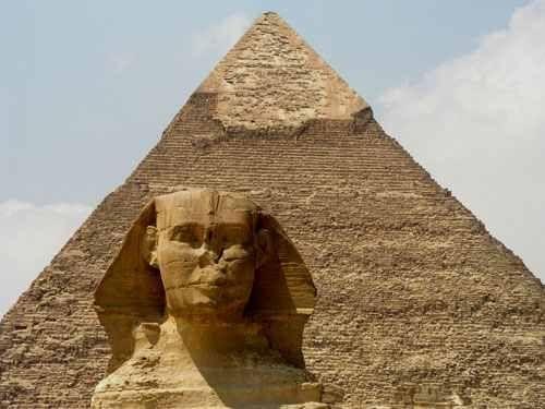 La Pirámide de Keops sirvió como tumba para el faraón Jufu, conocido también por su nombre en griego, Keops, en la dinastía IV.  Es la única sobreviviente de las célebres Siete Maravillas del Mundo Antiguo, citada por Antípatro de Sidón en el año 125 AC, las otras dos pirámides de la necrópolis (Kefrén y Miceriono) no están incluidas en estas maravillas antiguas. Heródoto que visitó el lugar en el 450 AC mencionó que su construcción duró 20 años.