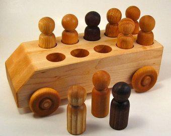 De top van de kleine houten speelgoed van hout speelgoedwinkel. Komt met zijn eigen launcher. Gewoon de rip snoer liquideren, geven een sleepboot en Bekijk de spin van houten speelgoed.  Afmetingen: 1 1/4 diameter. Draagraket is 5 x 3/4.  Handgemaakt met liefde in onze eigen werkplaats. De houten speelgoed worden met de hand geschuurd en afgewerkt met een niet-toxisch minerale olie.  Onze eco vriendelijke houten speelgoed zijn gemaakt met teruggewonnen hout in onze zonne-aangedreven...