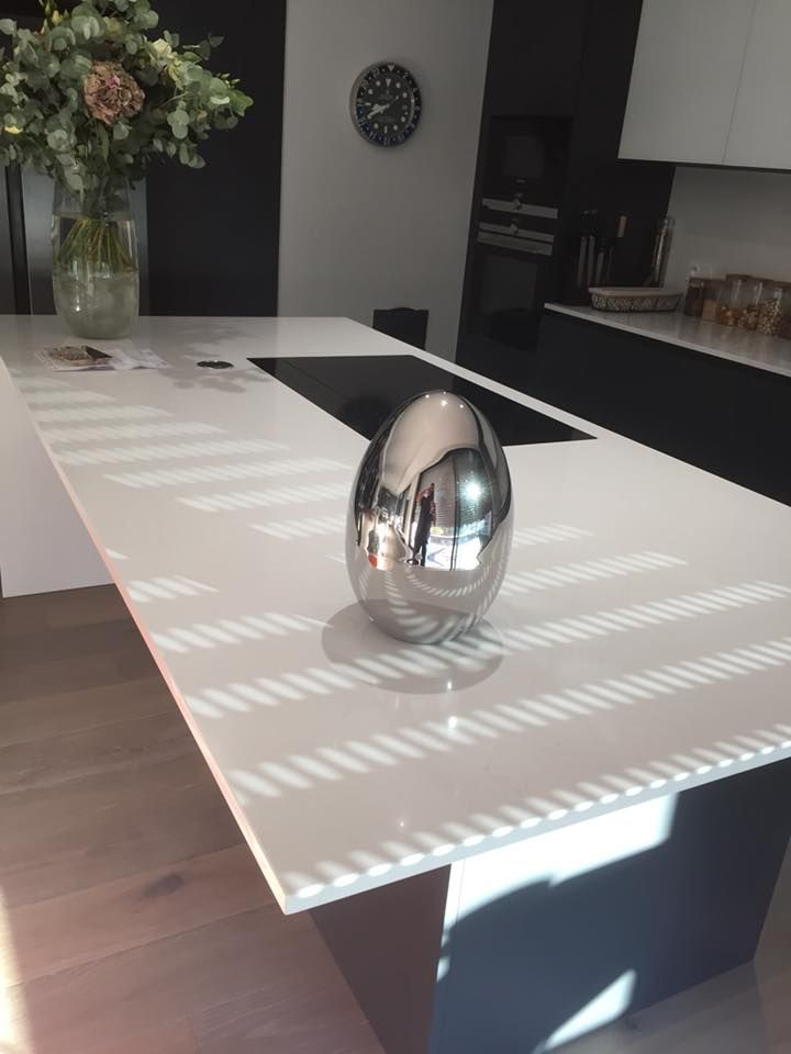 Cuisine avec meubles hauts façades verre, meubles bas façades
