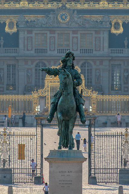 .En entrant dans le Parc du Château de Versailles, le Roi Soleil, LOUIS X1V sur son cheval.