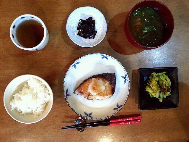 オヤツ食べ過ぎたので、アッサリ目で。 - 6件のもぐもぐ - ぶりの塩焼下ろしポン酢、自家製白菜の柚子風味お漬物、自家製山椒昆布、ナメコと春菊のお味噌汁。 by wakawaka0908