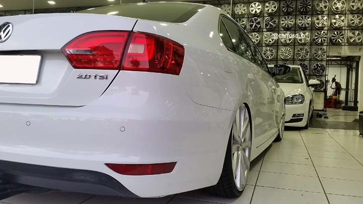 Carro: Jetta MK6 TSI Turbo Cor: Branco Marca da Roda: Replicas Modelo da Roda: Confortline Modelo Pneu: Delinte Perfil Pneu: 215/30/r20 Demai