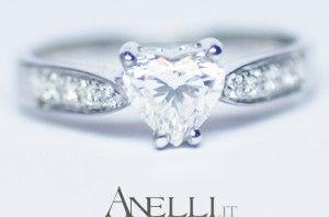 Anello con Diamante centrale a forma di Cuore e Diamanti laterali