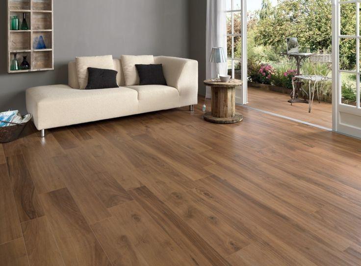 salón y terraza con suelo de losas que imitan madera