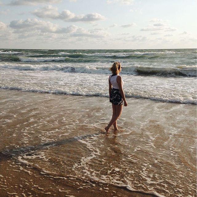 А мы с @elen.smirnova лягушки-путешественницы ✈️ уже завтра утром летим на море...работать 😂 но я уверена, что работать на море в разы приятнее👌🏻вообще, зимой я заполнила весь май поездками, чтобы обойти стороной цветение и избежать самого тяжелого для моего организма времени года 🙈 а весна решила, что Аришка не может прожить этот год без аллергии и сдвинула начало тёплых деньков на июнь 🌺 но я все равно рада,потому что это одни из первых в моей жизни путешествий - до этого за пределы…