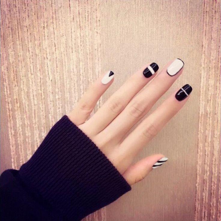Chic Black and White Round 24 Piece Nail Set