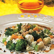 Μια ασυνήθιστη σαλάτα με σύνθεση τραγανών λαχανικών και μία εξαιρετική σάλτσα από μέλι και μαυροκούκι.