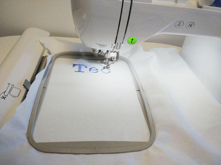 Una de las formas más fáciles de personalizar nuestras prendas es realizando el bordado de letras en éllas. Bordar letras con nuestras máquinas de bordar es muy sencillo e intuitivo, para que lo puedas comprobar te hemos preparado este tutorial paso a paso, tanto en vídeo como foto para que no tengas pérdida. Antes de …