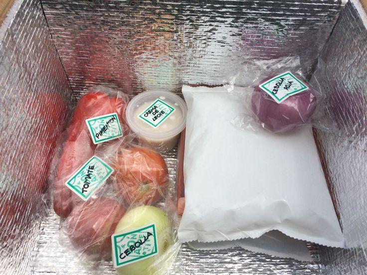 Entregamos nuestros ingredientes debidamente marcados dentro de un aislante que mantiene un ambiente refrigerado que resguarda la cadena de frío de los productos