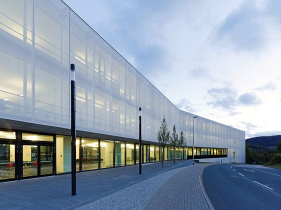 During the day, its textile facade transforms the Fritz Lipmann Institute in Jena into a white cube, which then begins to shine gently as twilight falls; photo: Verseidag Indutex GmbH
