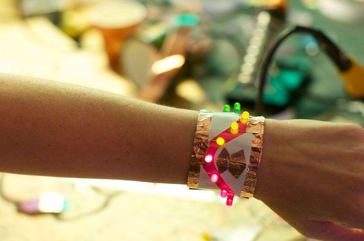 Led-armbanden zijn mooi, hip en erg leuk om te maken. Dankzij ducttape in alle kleuren en verschillende kleuren led-lampjes kan iedereen zijn armband maken zoals die zelf wil. De armband heeft een magneet-sluiting en door een slimme schakeling gaan de lampjes pas branden als je de armband om doet.Een LED-armband maak je vanduct-tape enkopertape met …