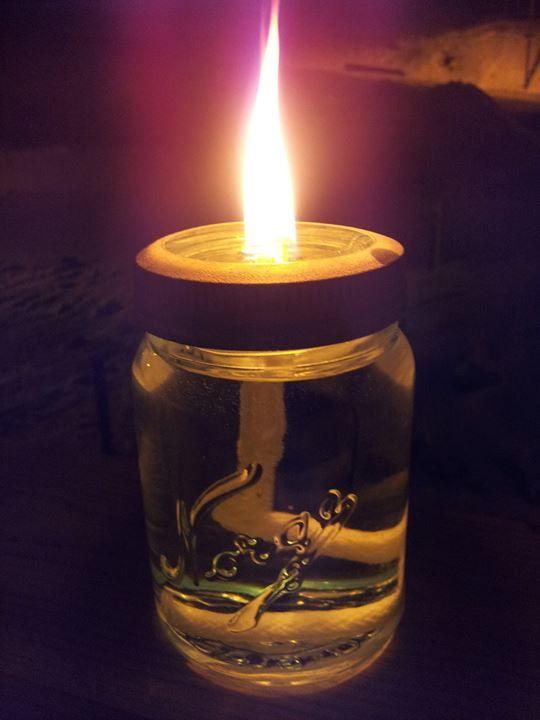 Et norgesglass. Borret hull i glasset med et glassborr, og fylte opp med lampeolje. Veke kjøpte jeg på Europris