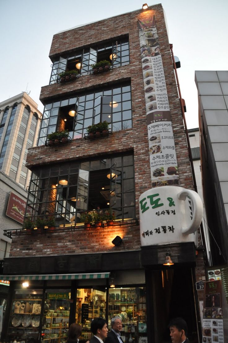 Coffee shop in Insadong, Seoul (source) pekne tehly!