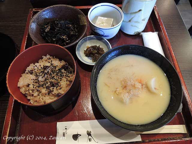 京都・一乗寺中谷 ランチ「いろどりごはん」(白味噌の雑煮) 上部はひじきとごま豆腐。手前はお赤飯とお雑煮