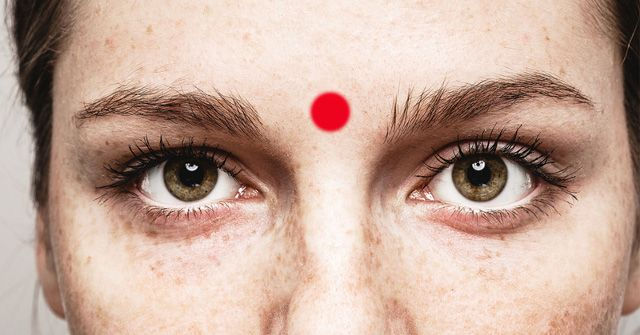 Το Τρίτο Μάτι ή έκτο τσάκρα μεταφέρει την ενέργεια της καθαρής όρασης και Διάκρισης. Βρίσκεται στο κέντρο της κεφαλής μεταξύ των φυσικών μας ματιών. Αυτό το τσάκρα ανοίγει την… πόρτα πολυδιάστατα στις αισθήσεις μας, για να μας βοηθήσει να ξεφύγουμε από τους πυκνούς περιορισμούς μιας του ΕΓΩ, του υλιστικού, φυσικού μας κόσμου, που βασίζεται στην …