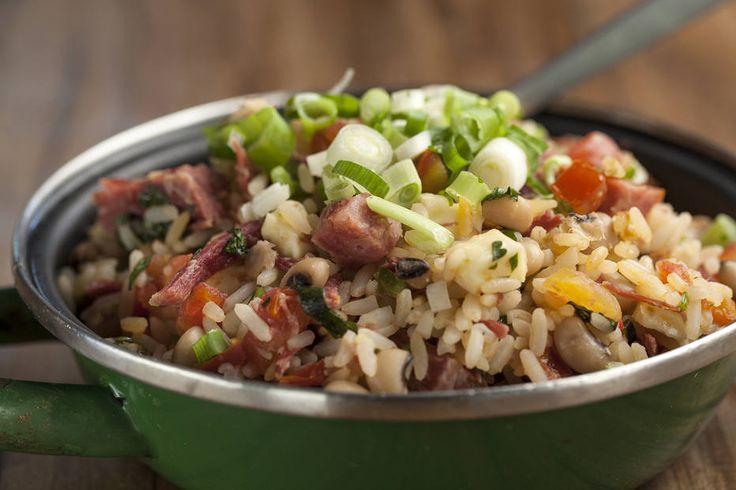 """BAIÃO DE DOIS, MOCOTÓ  Este prato é exemplar do talento do chef Rodrigo Oliveira. """"É um prato que deixa evidente como ele colocou a técnica de cozinha e o rigor nos pontos de cocção a serviço da simplicidade do sabor de um clássico nordestino"""", diz Patrícia Ferraz. Preço: R$ 15,90 (mini) / R$ 21,90 (pequeno) / R$ 32,90 (médio) / R$ 44,90 (grande). Serviço: Av. Ns. do Lorêto, 1100, Vila Medeiros. 2951-3056"""