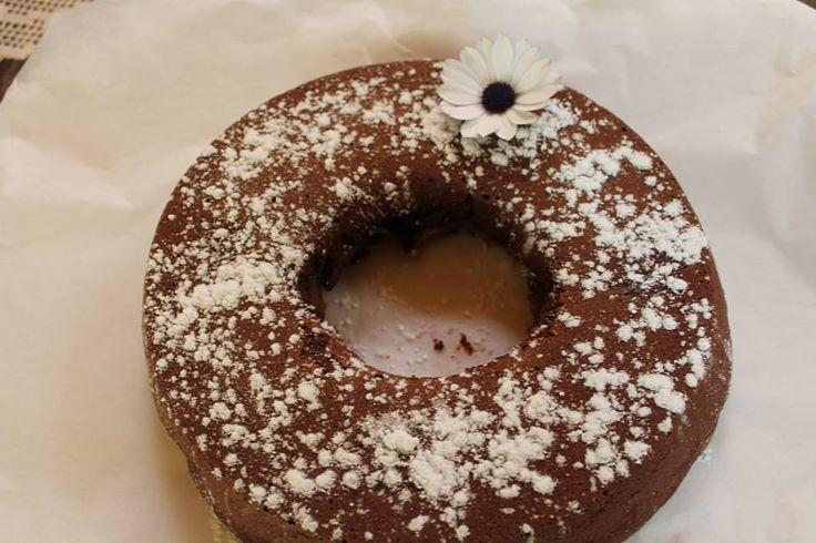 Ragazze oggi voglio prendervi per la gola, vi do' la ricetta di questa torta senza uova al cacao, credetemi e' buonissima e facilissima d...