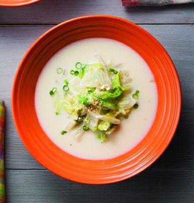 豆乳味噌の白菜スープ  ・お好みの野菜(※):適量  ・豆乳:200cc  ・水:200cc  ・生姜:10g  ・味噌:大さじ1~2  ・白すりごま:適宜  ・万能ねぎ:少々    (※)体重が気になる方は、かぼちゃ、にんじん、いも類など糖質が多い野菜より、  小松菜、ほうれん草など糖質の少ない葉物がおすすめです。      -作り方-    1. 野菜を食べやすい大きさに切り、生姜はすりおろします。    2. 厚手の鍋に野菜と水を入れて蓋をして、     弱火~中火で野菜に火が通るまで煮ます。    3. 豆乳、生姜を加えて沸騰させないように温め、火を止めて味噌を溶きます。    4. 器に盛り、万能ねぎの小口切り、白すりごまを振ります。