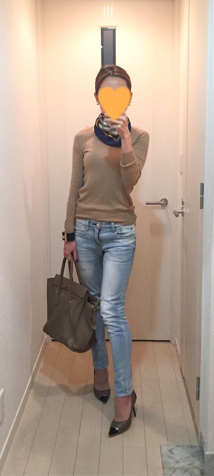 Beige sweater: Drawer, Denim: Red Card, Bag: Celine. Pumps: Jimmy Choo
