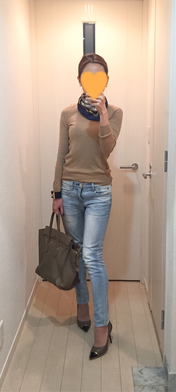 Beige sweater: Drawer, Denim: Red Card, Bag: Celine. Pumps: Jimmy Choo