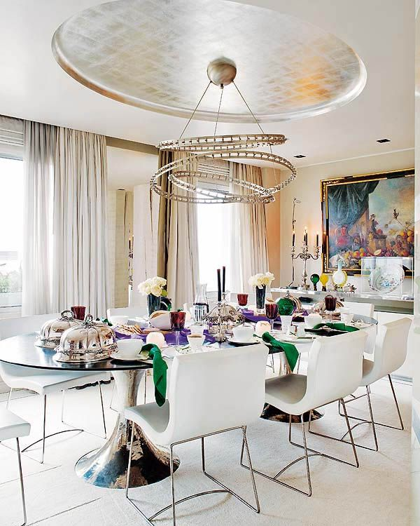dining in style - wallpaper on ceiling, Saarinen style tulip table, white leather chairs #covetlounge @covetlounge
