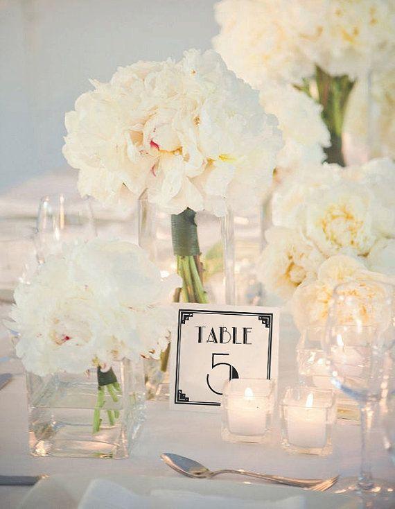 Traumhafte Tischdekoration für die Hochzeit in elegantem Weiß…
