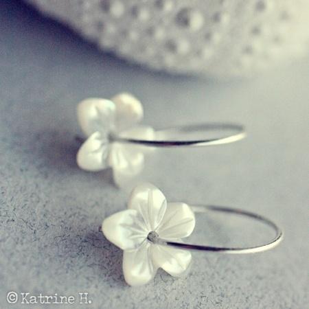 Hvitveis ~ Ørepynt i sterling sølv med perlemors-blomster